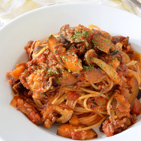 ひき肉となす、しめじのトマトパスタ