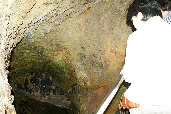 佐渡金山では、当時の金の採掘の様子が人形によって... 佐渡金山では、当時の金の採掘の様子が人形