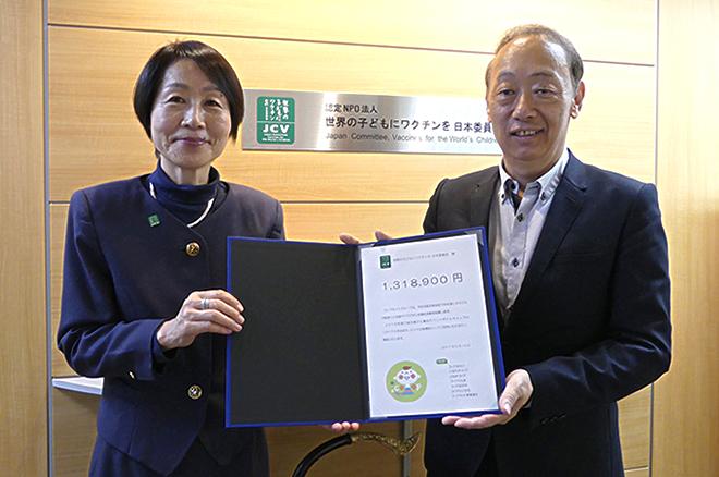 目録をお渡ししました。JCV伊藤事務局長(左)とコープネット事業連合小林副理事長(右)