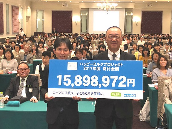 コープながの 上田理事長(右)より日本ユニセフ協会 海老原部長(左)へ目録を贈呈