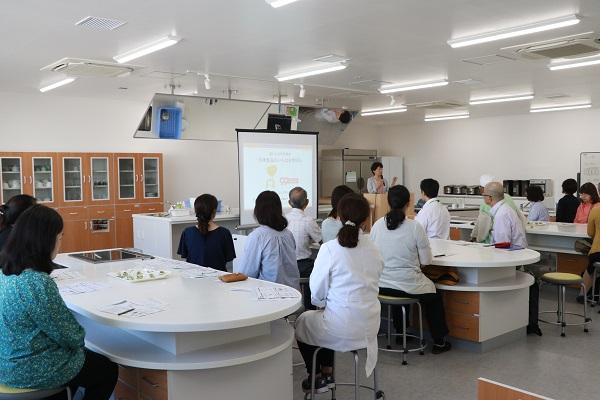 一般社団法人日本冷凍食品協会の三浦佳子氏の講演。組合員と商品検査センターの職員など30人が参加しました