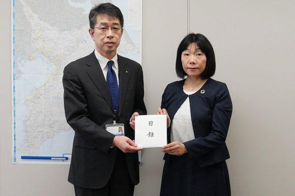 左から、千葉県防災危機管理部岡本和貴部長、コープみらい新井ちとせ理事長