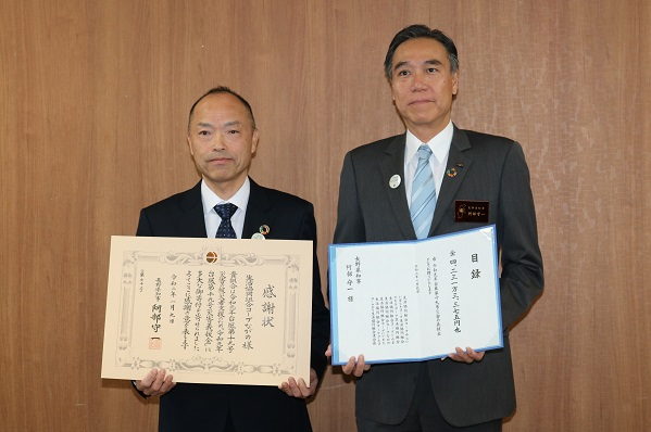 太田理事長(左)より阿部知事に目録を贈呈、阿部知事より感謝状をいただきました。