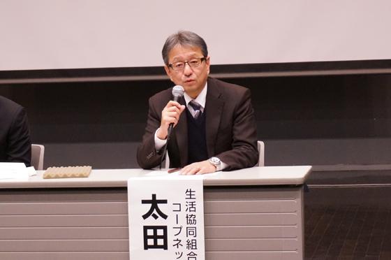 「国産食品、輸入食品にかかわらず、すべての商品の安全性を確保する取り組みを進めています」と、参加した市民の質問に答える太田専務スタッフ