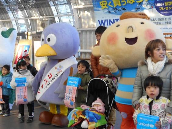埼玉県ユニセフ協会などとともにJRさいたま新都心駅で募金を呼びかけ(コープみらい)