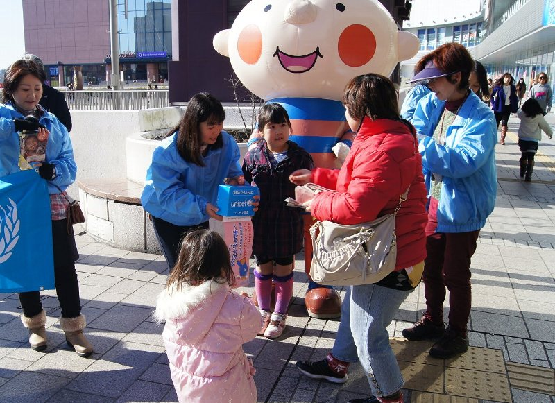 茨城県ユニセフ協会が主催したJR水戸駅での募金活動に参加(いばらきコープ)